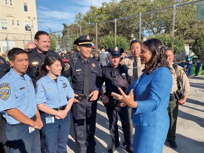 布里德市長與舊金山警察在國慶之夜上。(照片由市長辦公室提供)