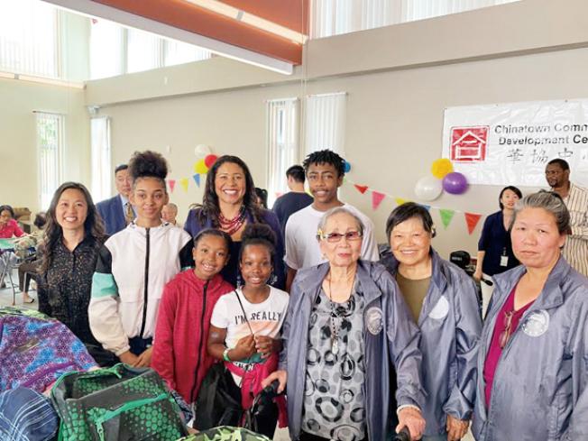 布里德與華協中心合作,在平園為小學生發放書包。(照片由市長辦公室提供)
