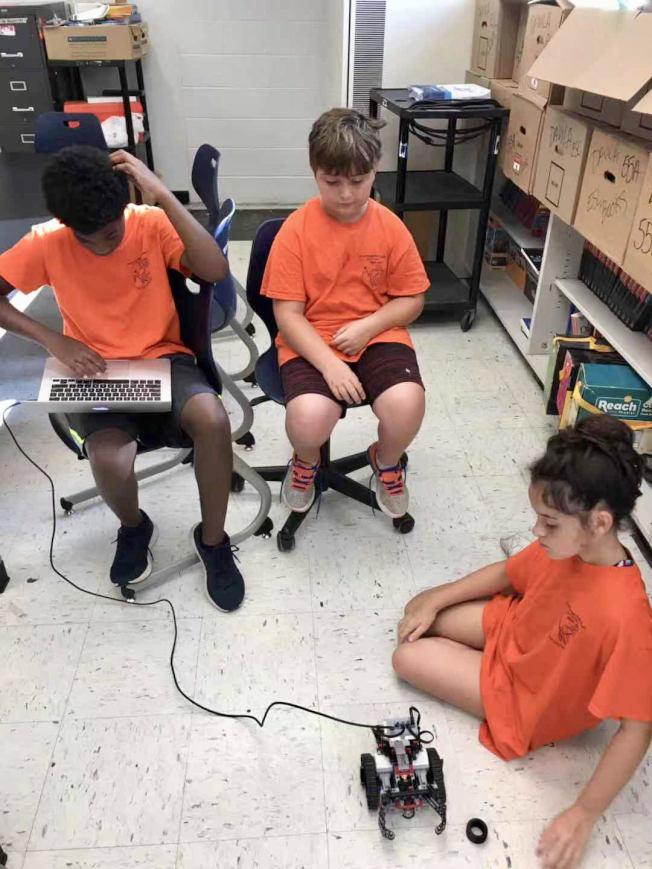 弗利何學生學習製作機器人。(弗利何學區提供)