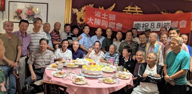 波士頓大陳同鄉會8日在華埠新月宮酒樓舉辦慶祝父親節餐會。29名大陳同鄉出席過節。會長梁娜玲向身為父親的同鄉表達敬意,表示這是該會首次舉辦8月8日慶祝父親節活動,祝福爸爸們身體健康。。(文:記者薛劍童,圖:周仙海提供)