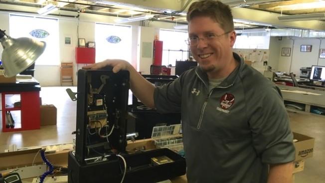 電工哈爾負責設計電話線路,完成「鳥兒電話」的硬件設備。(取自WJLA)