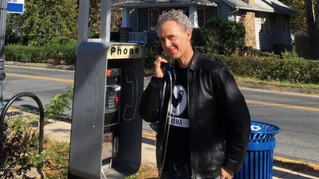 舒曼從街上的收費電話亭汲取靈感,將動物生態與人類生活融為一體,創作出「鳥兒電話」。(取自WJLA)