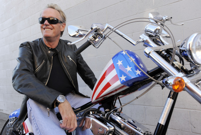 資深演員彼得方達16日病逝洛杉磯家中,享年79歲;愛好騎車的他經常和機車合影。圖為他2009年的英姿。(美聯社)