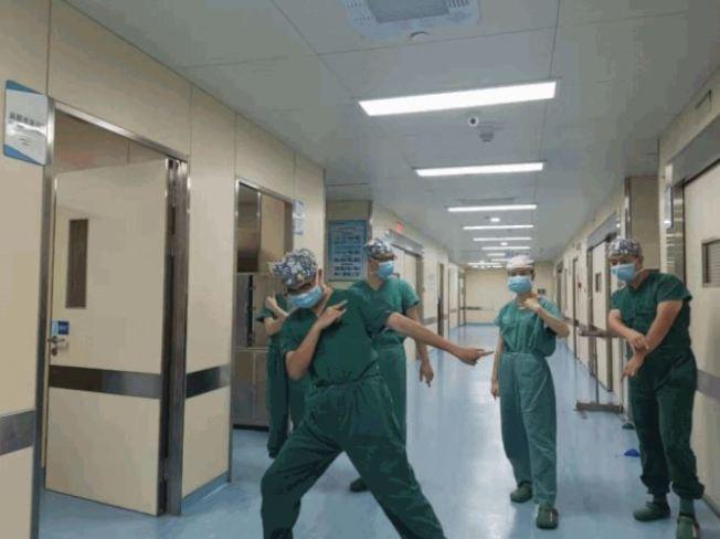 醫師在醫院嘻哈,唱出醫護的辛酸。(取材自澎湃新聞)