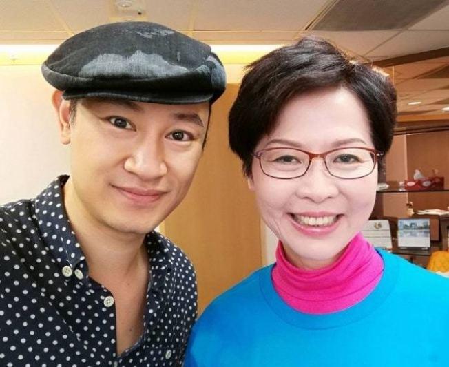 Gary(左)曾在林鄭月娥競選期間為她化妝。(取材自臉書)