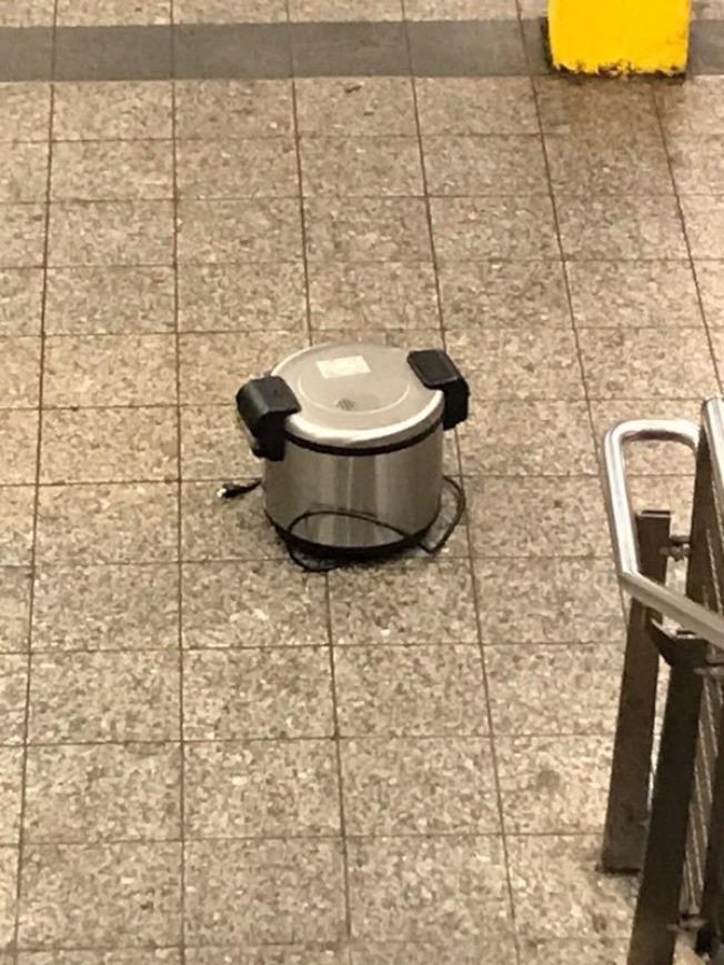 現場三個相同品牌和型號的電飯鍋。(市警提供)