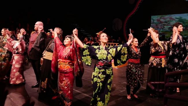 喜劇歌劇「天皇」(Mikado)在奧蘭多演出成功,演員謝幕一景。(劉程驥提供)