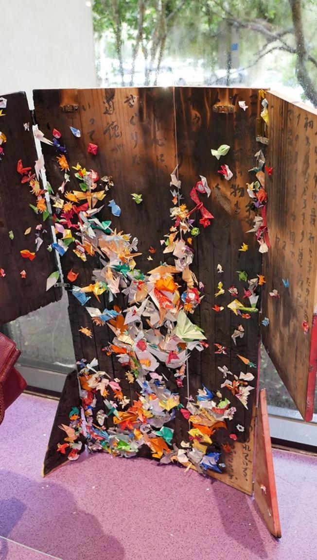 喜劇歌劇「天皇」(Mikado)在奧蘭多演出,同時展出日本文物和服飾,圖為摺紙。(劉程驥提供)