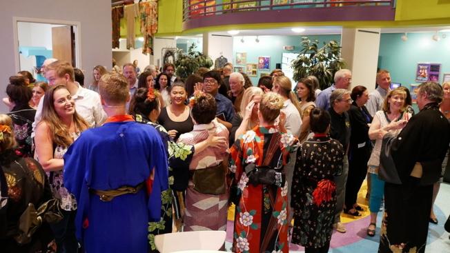 喜劇歌劇「天皇」(Mikado)在奧蘭多演出成功,演員和熱情的觀眾交流。(劉程驥提供)