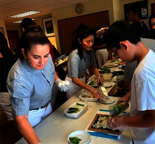 慈濟邁阿密慶祝吉祥月,舉辦包壽司素食活動,不少青年參加,學包壽司。。(Judy Su提供)