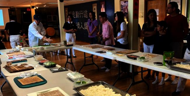 慈濟邁阿密慶祝吉祥月,包壽司素食活動,老師介紹食材一景。(Judy Su提供)