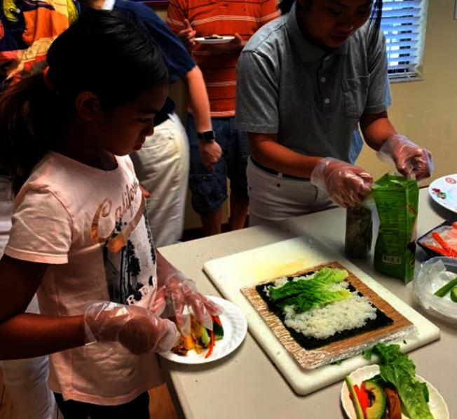 小朋友也認真學習包壽司。(Judy Su提供)