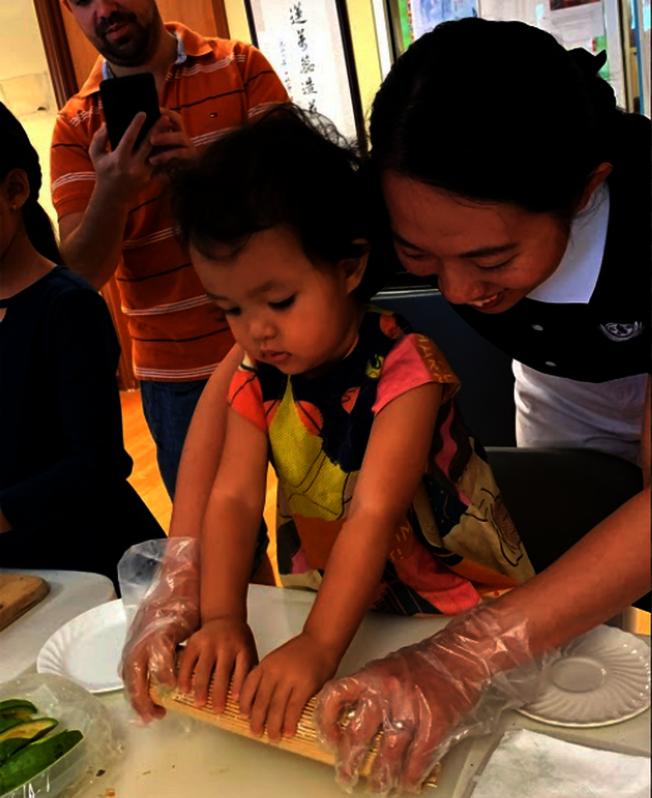 小娃娃也認真學包壽司。(Judy Su提供)