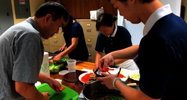 慈濟邁阿密慶祝吉祥月舉辦包壽司素食活動,廚房禮志工們忙著準備食材。(Judy Su提供)