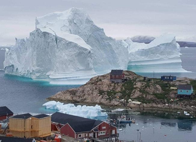 格陵蘭近北極,天寒地凍,圖中浮在海上的冰山,體積巨大。(路透)