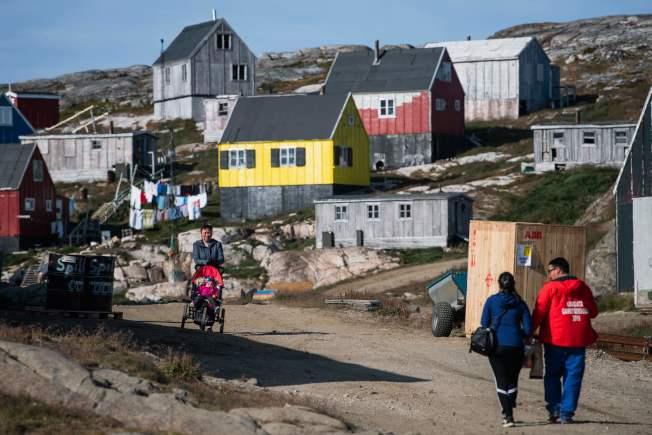 格陵蘭礦藏豐富,但是地廣人稀。圖為島上小鎮庫祿蘇克。(Getty Images)