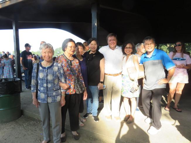 圖為市長Koch(左五) 、亞裔聯絡主任丘潔芳(右四) 和部份華裔與會者合影。(記者薛劍童/攝影)