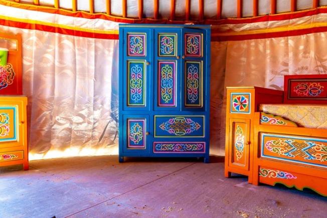 業者表示,蒙古包內的家具擺設都是來蒙古。(Camel Safari官網)