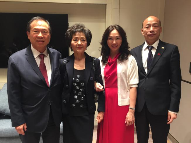 今年4月訪洛時,劉偉民(左一)夫婦與韓國瑜(右一)和李佳芬(右二)夫婦合影。(本報檔案照)