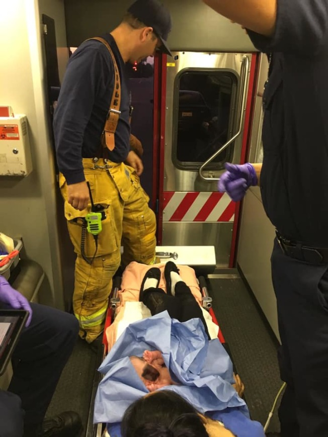 聖蓋博市消防局快速回應,為突然臨產的西裔產婦提供援助。圖為母子送往醫院途中。(聖蓋博市消防局提供)