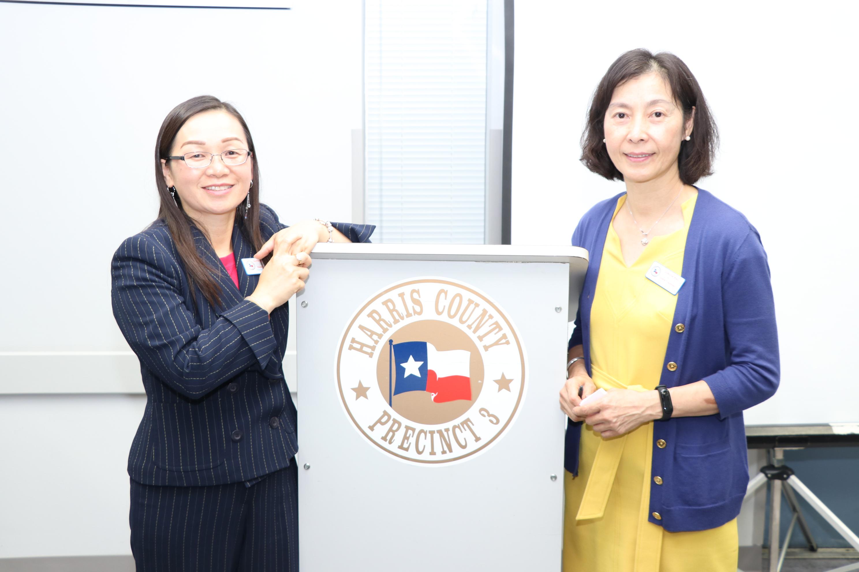 新任的哈瑞縣斯華裔選舉對外協調員芮久玟(JoAnne Ray)(右)與越裔協調員DU-HA KIM NGUYEN(左)說明選舉的便民措施。(記者封昌明/攝影)