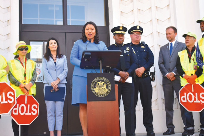 舊金山市長布里德(左三)、第二區市議員司嘉怡(左二)、警察局長史考特(中)、代理交通局長馬奎爾(右二)均要求司機在開學日降低車速,確保學生安全。(記者黃少華/攝影)