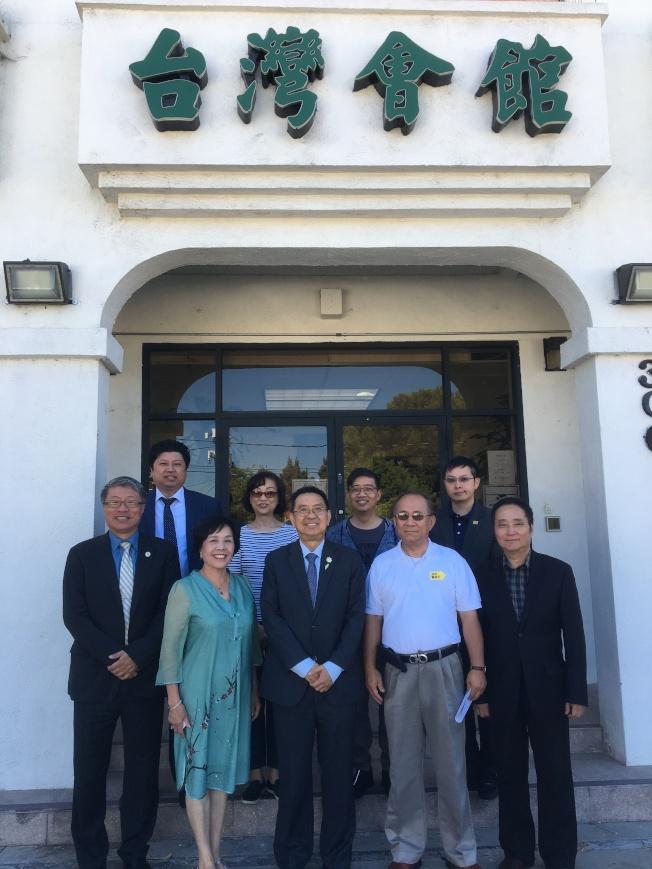 大洛杉磯台灣會館期許擴展服務範圍至整個華人社區,讓更多人可受惠。圖為台灣會館理事們。(記者謝雨珊/攝影)