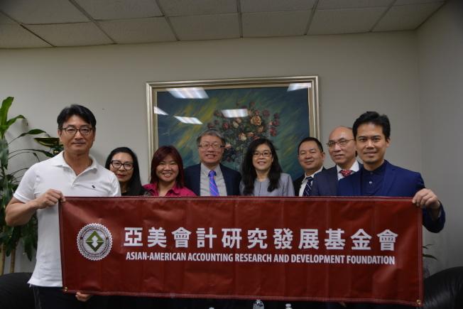 亞美會計研究發展基金會一行數人16日來世界日報洛杉磯分社拜訪社長于趾琴(右四)。(記者張宏/攝影)