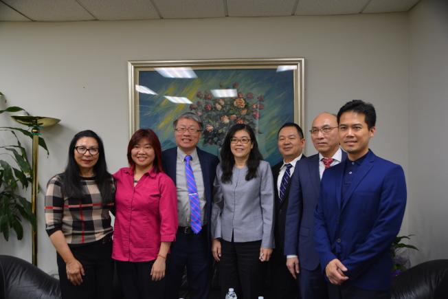 亞美會計研究發展基金會執行長葉俊麟(左三)一行七人拜會世界日報社長于趾琴(中)。(記者張宏/攝影)