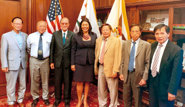 中華總會館總董鄧海波(左三)及主席團與華埠街坊會主席李兆祥(右三)在市府與市長布里德見面。(李兆祥提供)