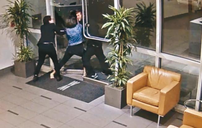 遊民文森特攻擊海傍公寓女住客,因為監視錄影帶全程揭露,已演變成政治事件(圖,李華強提供)。