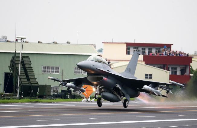F-16V完成油彈整補作業後,從高速公路戰備道起飛。(記者胡經周/攝影)