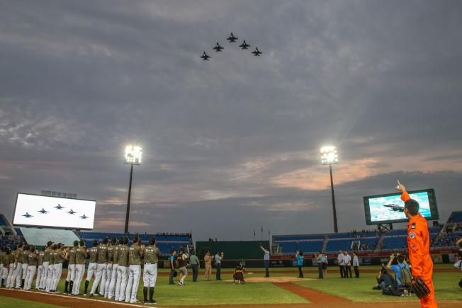 中華職棒在桃園球場比賽前,由五架F16戰機飛越球場上空,進行衝場表演。(記者葉信菉/攝影)