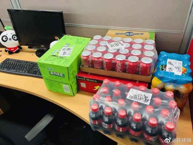民眾寄給付國豪的涼茶、橙汁、可樂等大批「慰問物資」快遞到了環球網。(取材自環球網)