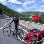 2160公里!拖著7歲女兒 獨腿爸成都騎到西藏