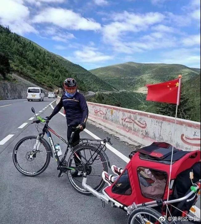 王永海騎自行車,拉著女兒完成「川藏夢」。(取材自微博)