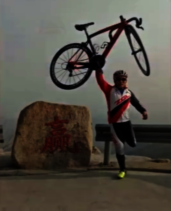 只有一條腿的王永海,曾是中國殘疾人自行車隊選手。(取材自微博)