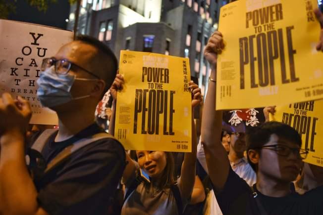 香港示威者高舉標語,要求「主權在民」。(Getty Images)