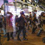 港警快速清場一度舉槍 示威者四散