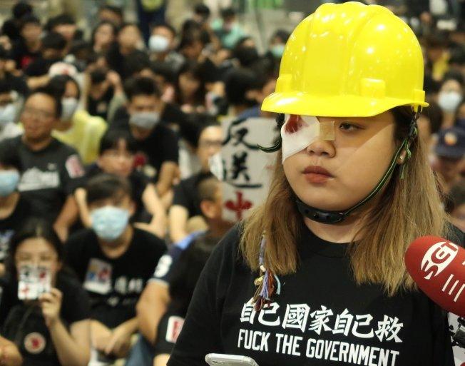 高雄學生逃犯條例關注組發言人林同學扮成在遊行遭攻擊恐永久失明的女救護員,控訴港警濫權。記者徐如宜/攝影