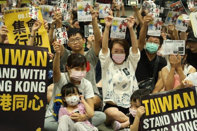 數百港生及台灣民眾在高雄車站大廳靜坐,聲援香港「反送中」。記者徐如宜/攝影