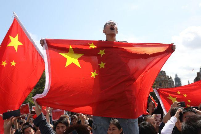 數千名香港政府支持者聚集一座公園,譴責與他們立場不同的人,並且支持香港警察,其中許多人揮舞中國國旗。Getty Images
