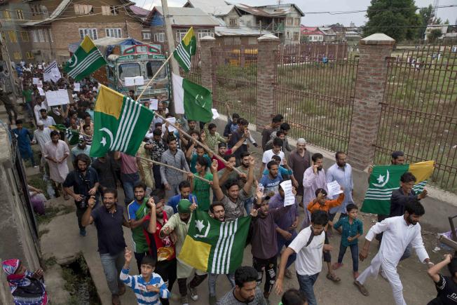 印度與巴基斯坦自1947年雙雙獨立後,便將克什米爾一分為二並各自管轄部分地區,也因克什米爾而關係不睦,經常隔著印巴控制線(LoC)相互交火。美聯社