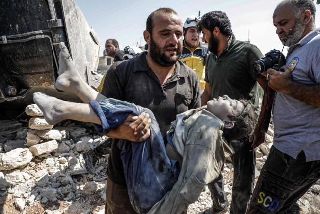 敘利亞政府軍和俄羅斯軍隊今天空襲敘國西北部,造成11名平民喪生,死者包括一名婦女和她的6個未成年小孩。Getty Images