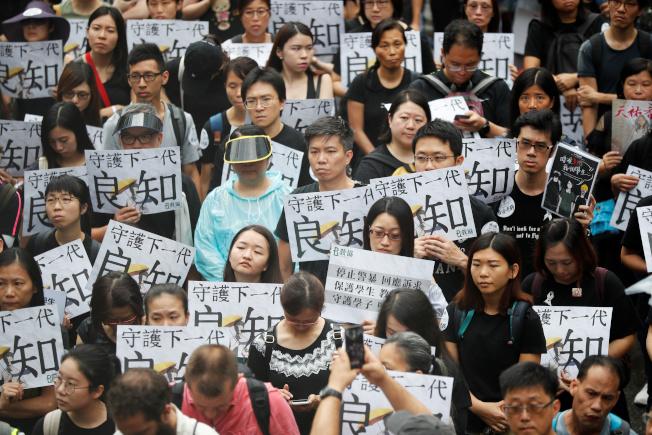 香港反送中抗爭持續,香港教師界昨罕見地走上街頭,「守護下一代,為良知發聲」,要求港府回應民間訴求。(路透)