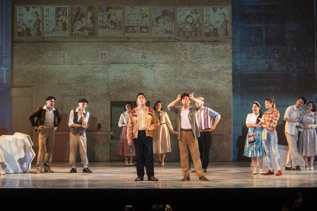 「綠島小夜曲」以穿越劇的形式,帶民眾重返1960年代的台灣。圖/果陀劇場提供