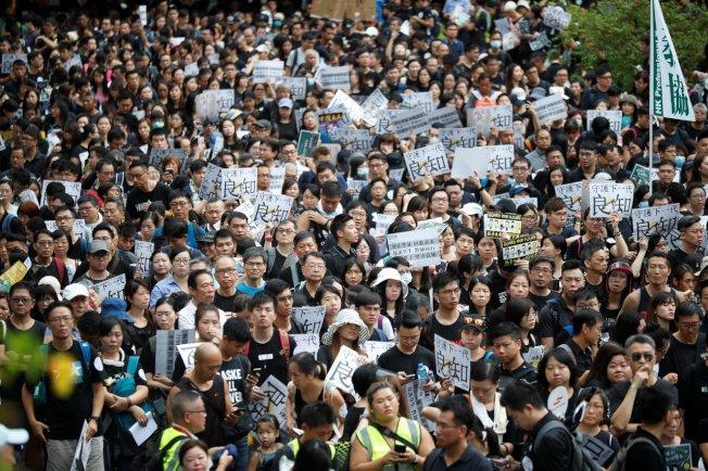 香港反送中抗爭持續,香港教師界也罕見地走上街頭,要求港府回應民間訴求。路透