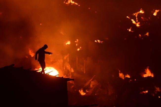 孟加拉首都達卡(Dhaka)查蘭提卡(Chalantika)貧民窟16日晚發生大火。Getty Images