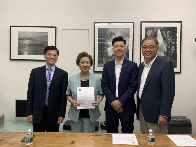 紐約學院宣布舉辦SHSAT、SAT兩場模擬考及家長座談會,左二起為朱寶玲、Byong-In Choi。(記者賴蕙榆/攝影)