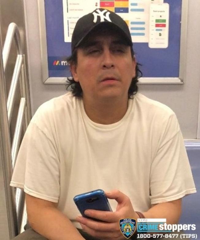 該男子涉嫌在E線地鐵上公然猥褻,遭到警方通緝。(市警提供)